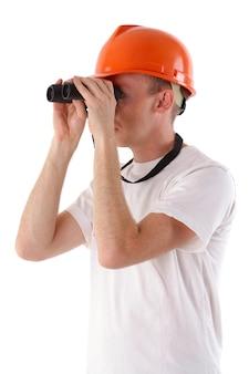 Arbeiter schaut durch ein fernglas