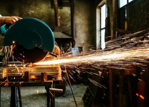 Arbeiter schneiden metall.