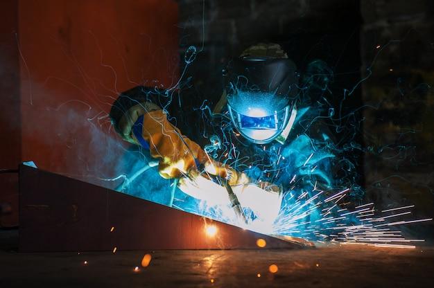 Arbeiter schweißen von metall