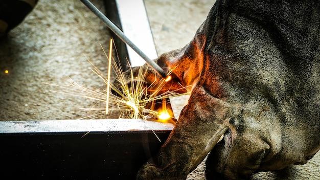 Arbeiter schweißen von stahl