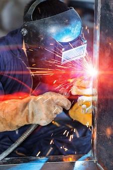 Arbeiter schweißkonstruktion durch mig-schweißen
