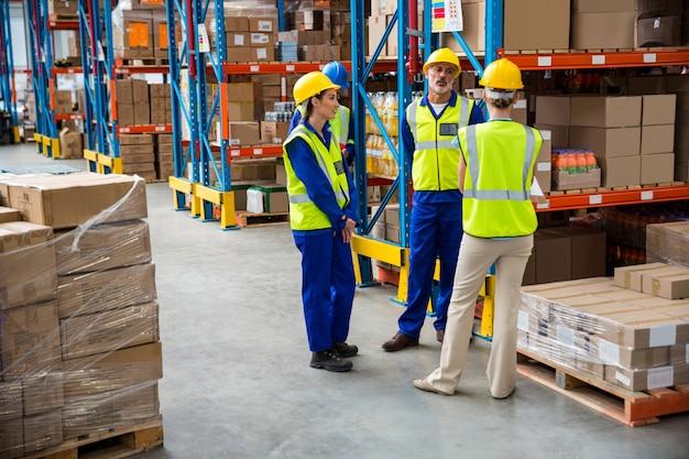 Arbeiter sprechen zusammen