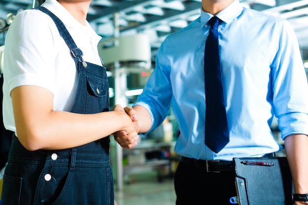 Arbeiter und produktionsleiter in einer fabrik