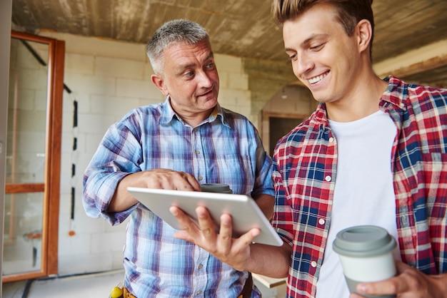 Arbeiter unterhalten sich ein wenig, während sie eine tasse kaffee trinken