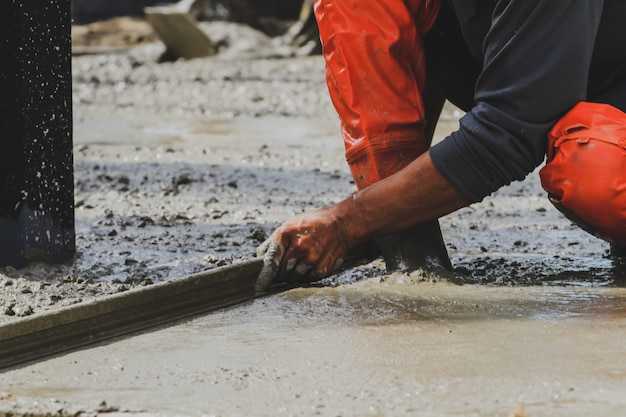Arbeiter verputzen mischzement