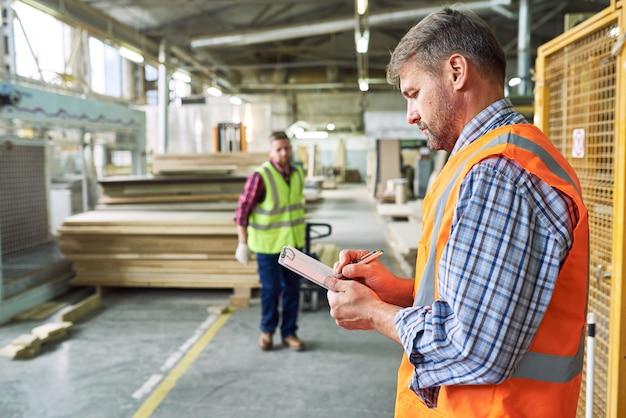 Arbeiter versandmaterialien im lager