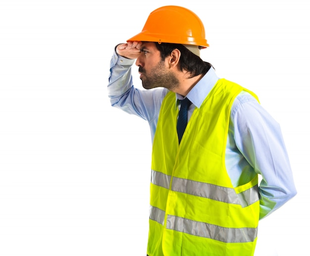 Arbeiter zeigt etwas über weißem hintergrund