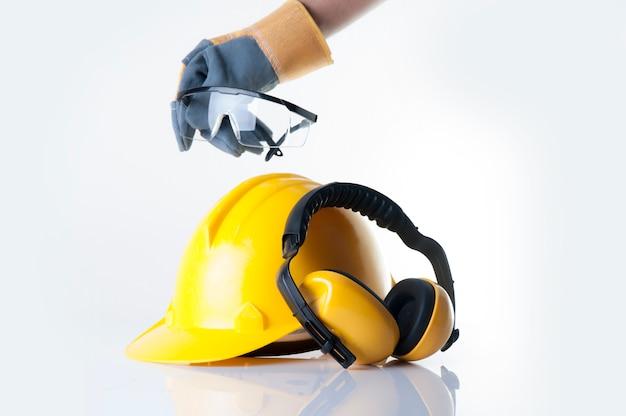 Arbeiterabnutzungslederhandschuh und heben das sicherheitsglas auf weißem hintergrund auf.