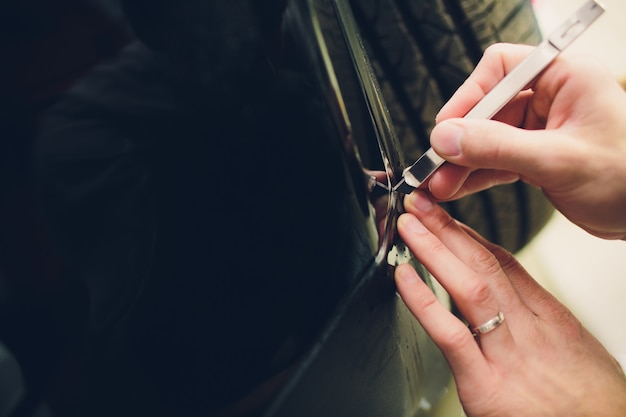 Arbeiterhände installiert autolackschutzfolie