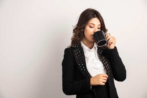 Arbeiterin, die ernsthaft tee trinkt