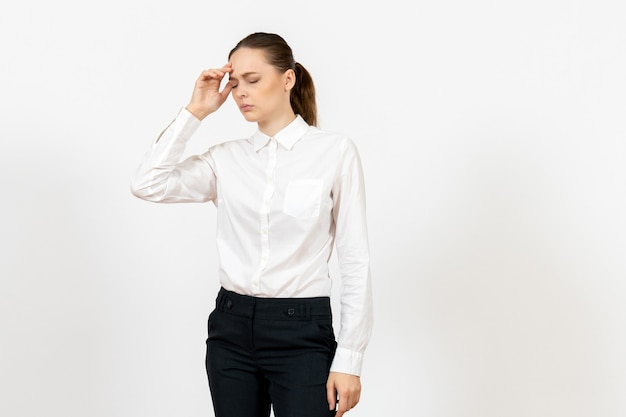 Arbeiterin in eleganter weißer bluse mit kopfschmerzen auf weiß