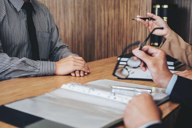 Arbeitgeber, der interviewt, um jungen männlichen arbeitssuchenden für die einstellungsunterhaltung zu bitten