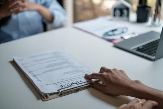 Arbeitgeber überprüft guten lebenslauf eines vorbereiteten qualifizierten bewerbers. personalleiter trifft einstellungsentscheidung. vorstellungsgespräch.