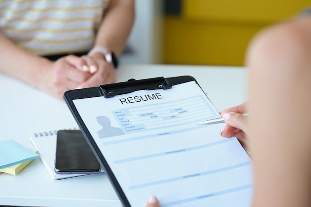 Arbeitgeber überprüft lebenslauf für stellenvermittlung nahaufnahme