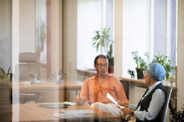 Arbeitgeberinnen diskutieren nach dem vorstellungsgespräch über potenzielle mitarbeiter