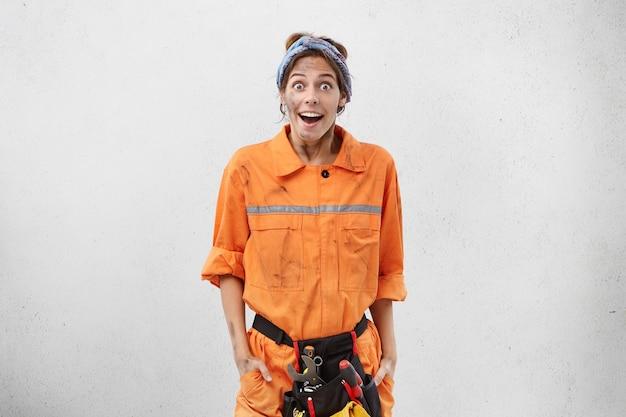 Arbeitnehmerin, die arbeitskleidung trägt