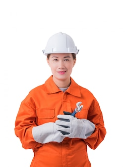 Arbeitnehmerin im mechaniker jumpsuit hält einen schlüssel, der auf weißem hintergrund lokalisiert wird
