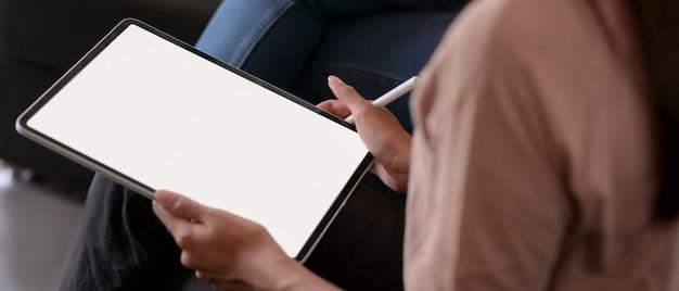Arbeitnehmerin mit mock-up-tablet beim treffen mit ihrer kollegin