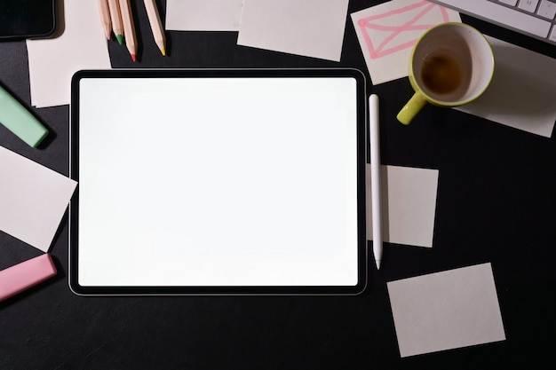 Arbeitsbereich des designers mit tablette des leeren bildschirms