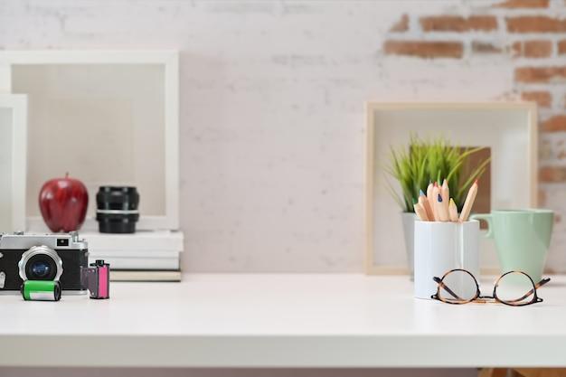 Arbeitsbereich des kreativen designer- und kopienraumes auf weißem schreibtisch