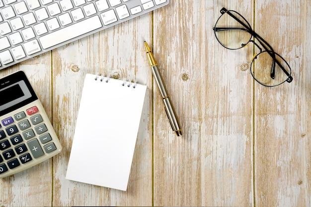 Arbeitsbereich für die arbeit von holztisch mit tastaturrechner und zubehör flache zusammensetzung