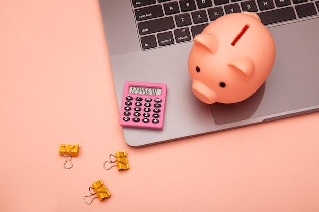 Arbeitsbereich für geschäfts- und finanzschalter mit high-tech-touchscreen-laptop und pinkfarbenem zubehör