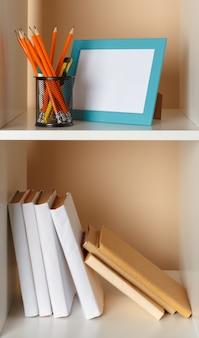 Arbeitsbereich im home office. weißes regal mit zubehör