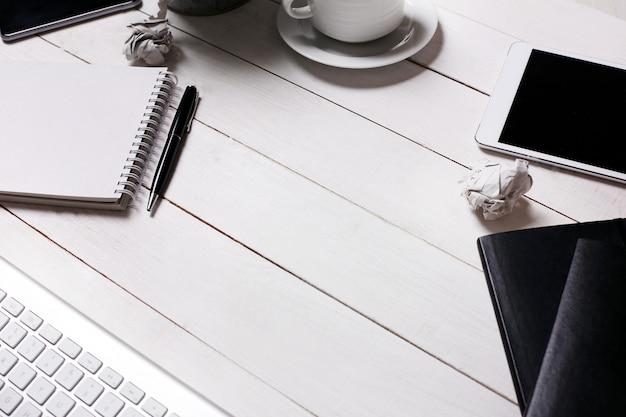Arbeitsbereich mit büromaterial, draufsicht