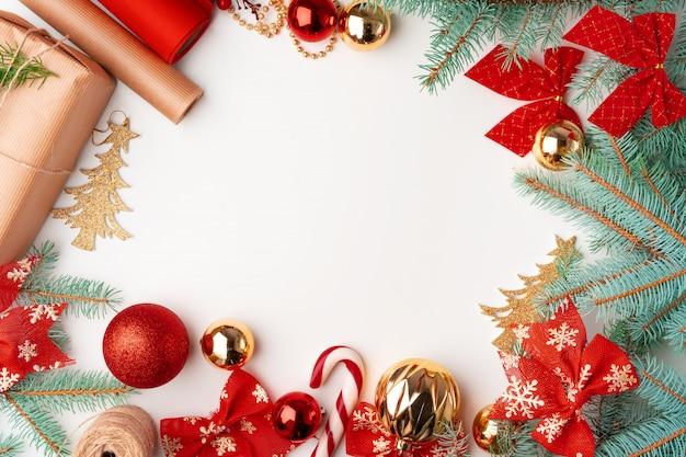 Arbeitsbereich mit dekoration der frohen weihnachten