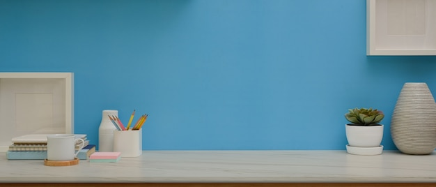 Arbeitsbereich mit schreibwaren, dekorationen und kopierflächen im arbeitszimmer