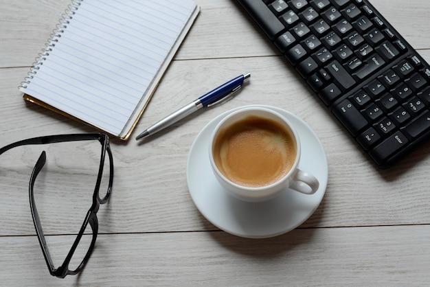 Arbeitsbereich mit vorräten und kaffee