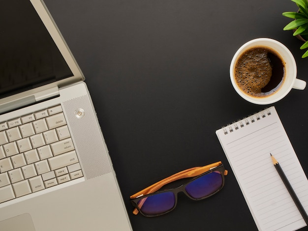 Arbeitsbereich modell mit laptop, brille.