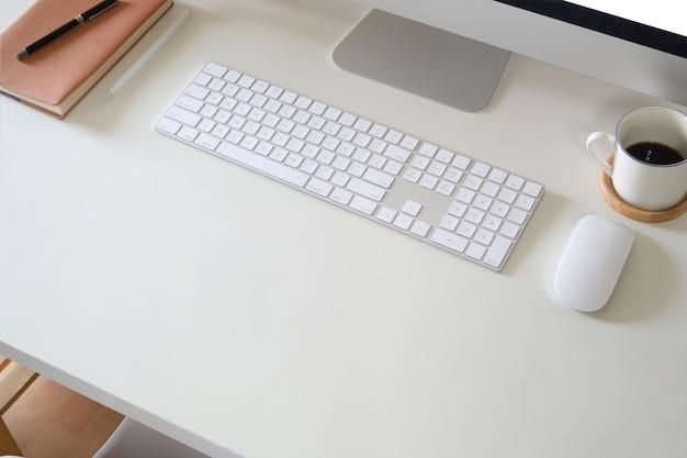 Arbeitsbereich schreibtisch mit computer und bürobedarf
