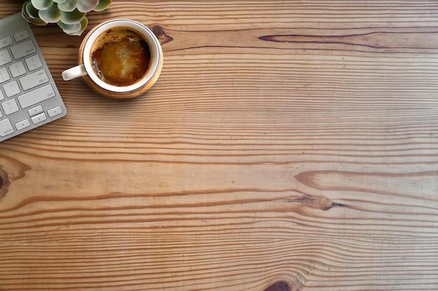 Arbeitsbereich und textfreiraum. computer und kaffee auf holztisch.