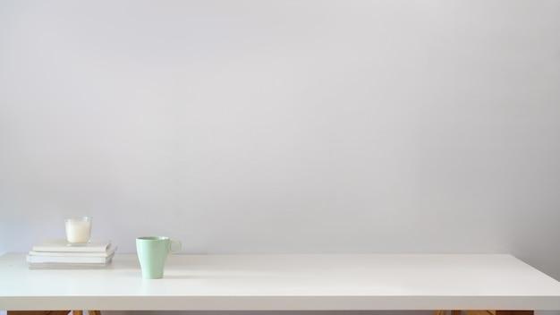 Arbeitsbereichstabelle und kopienraum. skandinavischer stil
