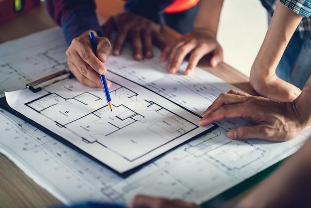 Arbeitsdokument des architekten und ingenieurs über die projektplanung und den fortschritt des arbeitsplans auf der baustelle des wohngebäudes,