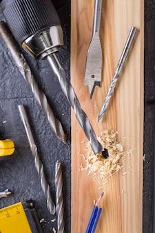 Arbeitsgerät auf einem hölzernen. bauwerkzeuge