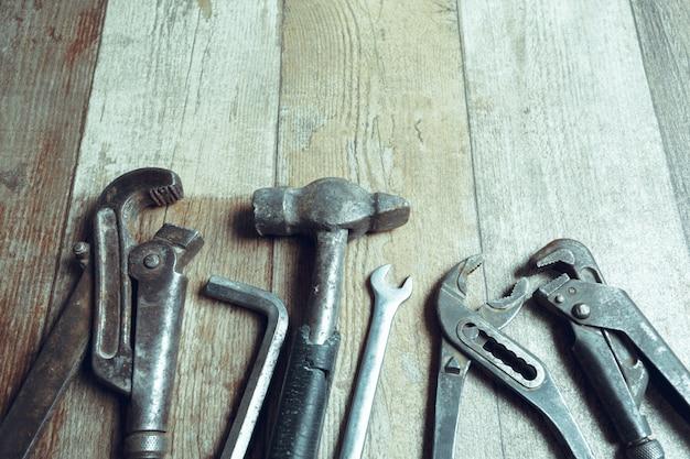 Arbeitsgeräte auf hölzernem rustikalem. ansicht von oben