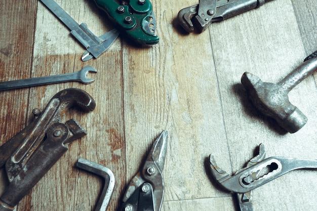 Arbeitsgeräte auf hölzernem rustikalem hintergrund. ansicht von oben
