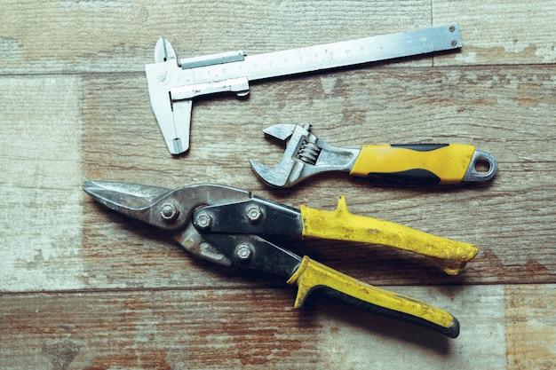 Arbeitsgeräte auf hölzerner rustikaler oberfläche