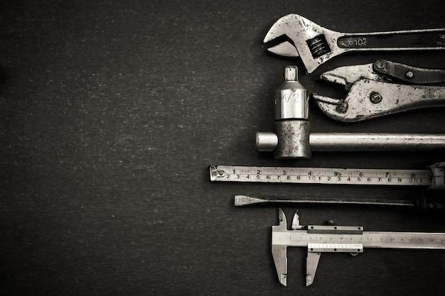 Arbeitsgeräte auf holztischhintergrund. ansicht von oben