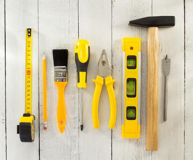 Arbeitsgeräte und instrumente auf holz
