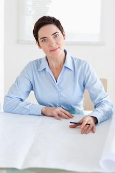 Arbeitsgeschäftsfrau mit einem architekturplan