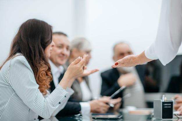 Arbeitsgruppe, die geschäftsdokumente bei einem arbeitstreffen bespricht