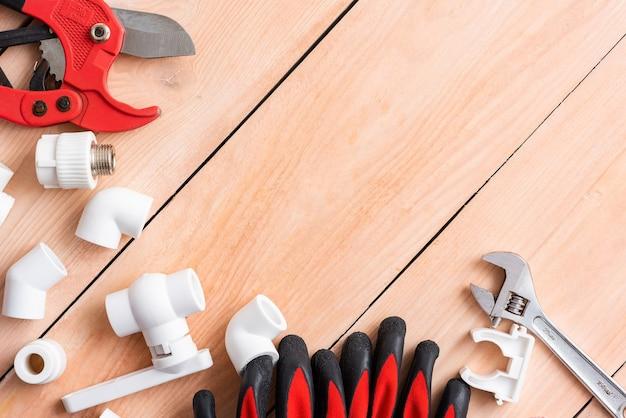 Arbeitshandschuhe und ein cutter für polypropylenrohre.