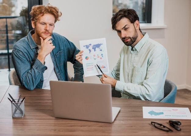 Arbeitskollegen arbeiten an einem laptop