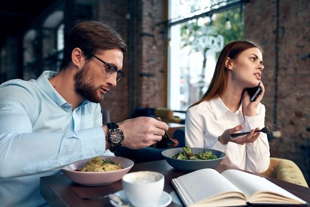Arbeitskollegen café frühstück kommunikationsbeamte