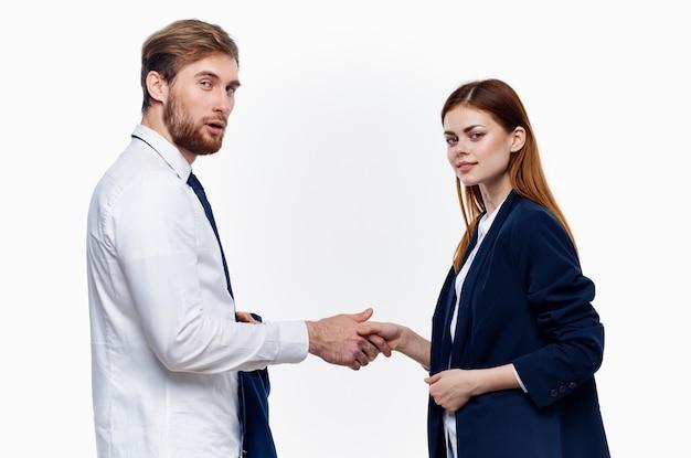 Arbeitskollegen geben dem kommunikationsvertrag die hand