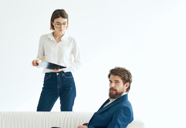 Arbeitskollegen kommunikation finanzamt beamte weißes sofa