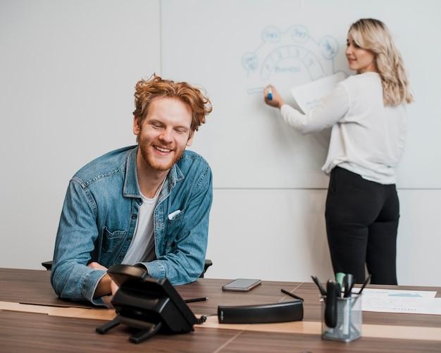 Arbeitskollegen mit einem whiteboard